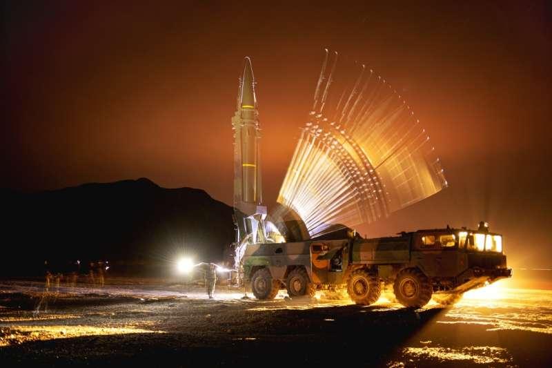 解放軍正在操演夜間發射課目。(中國軍網)