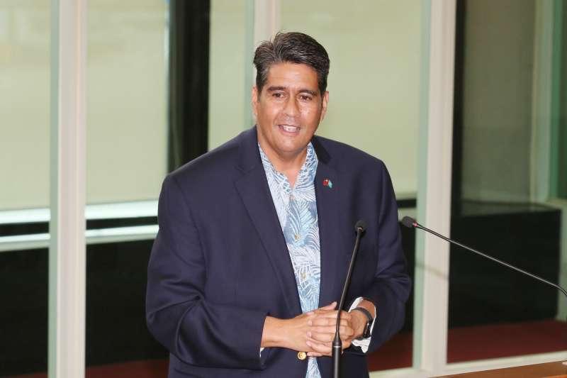 20210401-帛琉總統惠恕仁(Surangel Whipps Jr.)1日離台,他在桃園機場發表談話。(柯承惠攝)