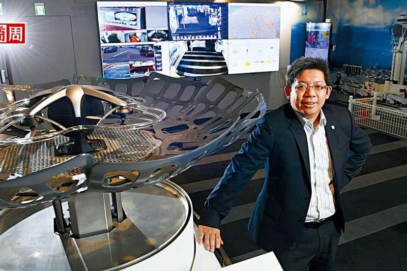 中保科技智慧城展示中心內,林建涵秀出無人機自動起降基地,強調自家戰績是長期練兵的累積。(圖片來源/商周提供,攝影/程思迪)