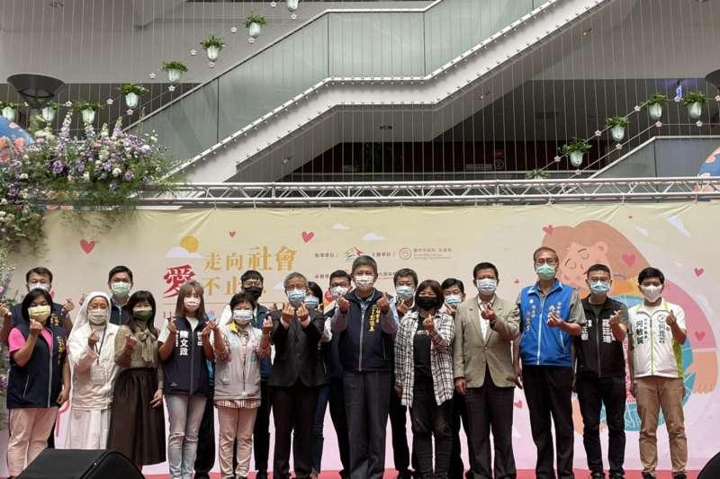 台中市府社會局以「走向社會,愛不止息」為題,表揚優良志工和社福機構,感謝他們在工作領域長期投入與貢獻。(圖/台中市政府提供)