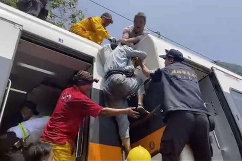太魯閣號出軌.2021年4月2日,台鐵太魯閣號列車在花蓮大出軌,造成嚴重死傷(AP)