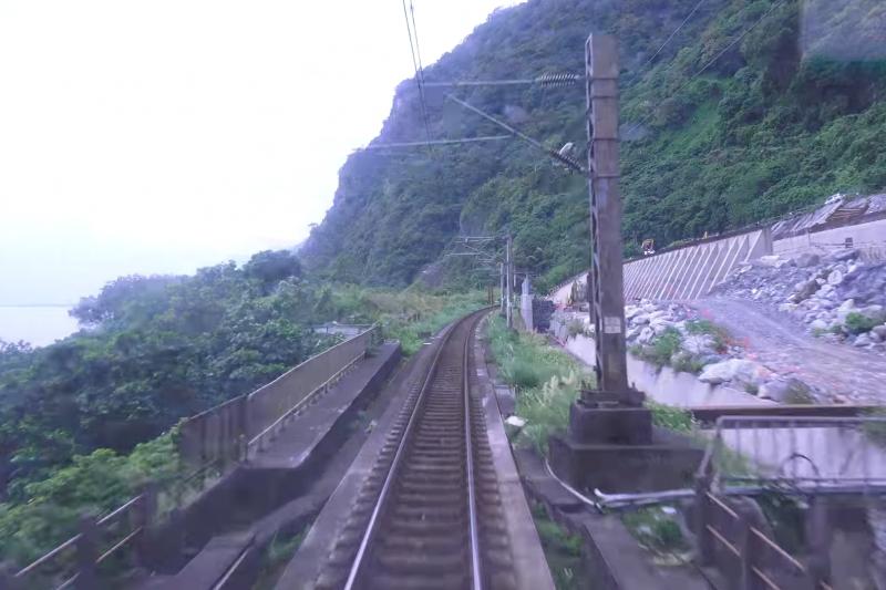 有網友於PTT貼出一則在1月1日拍攝台鐵408次太魯閣號的火車視角YouTube影片,該列車從台北行駛至花蓮。(取自該YouTube影片)