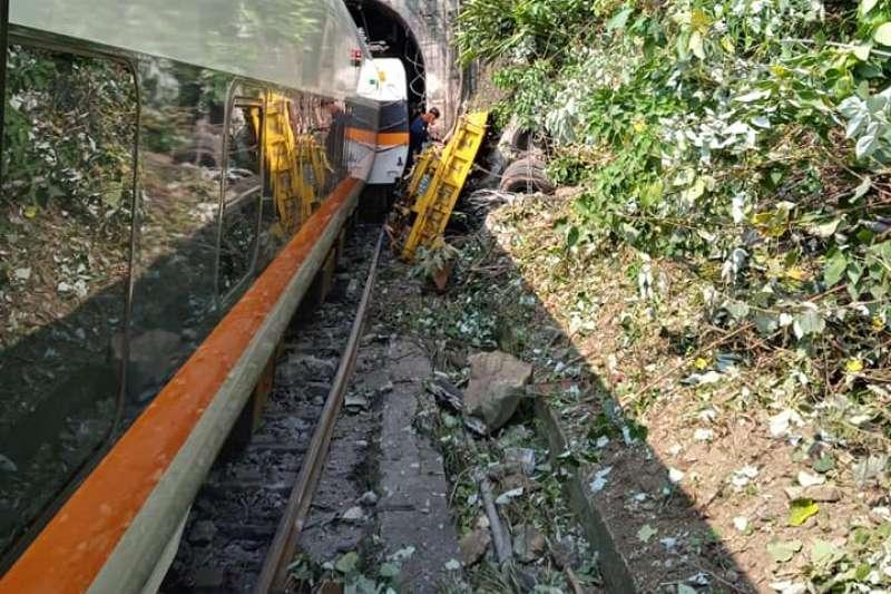 台鐵太魯閣號2日上午嚴重出軌。(取自阿美族的歌臉書)