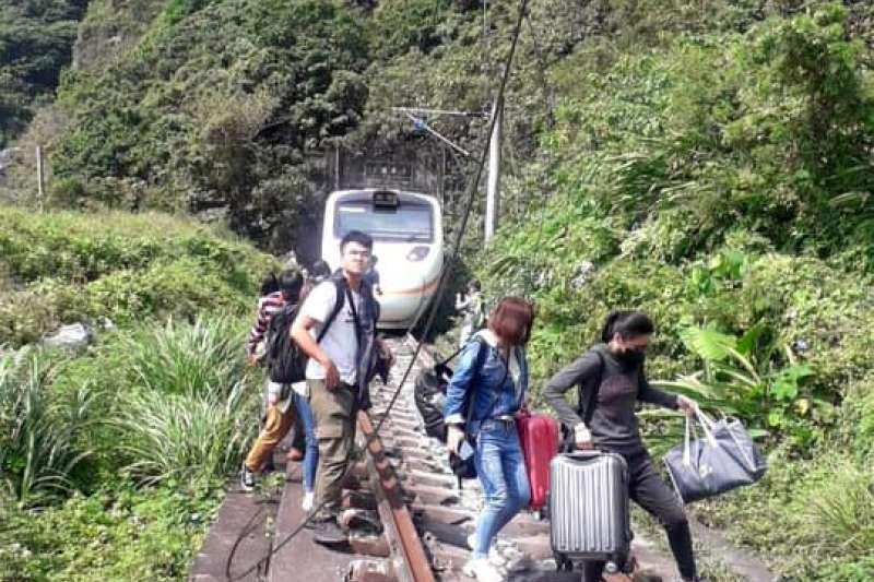 在台鐵408次太魯閣列車發生出軌事故後,有旅客拍下逃生畫面。(取自花蓮同鄉會臉書)