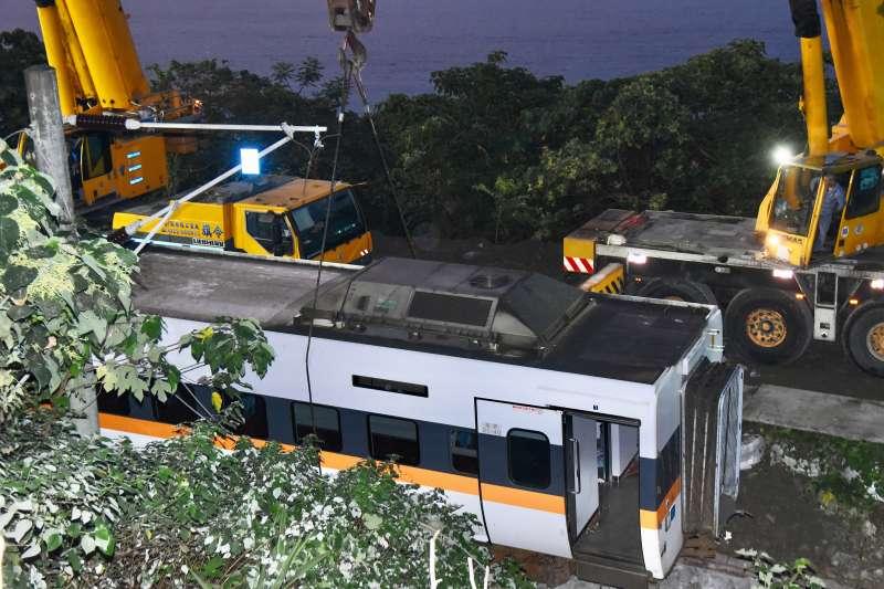 20210403-台鐵太魯閣號列車事故,列車吊掛。(顏麟宇攝)