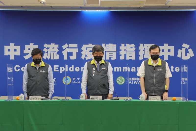 中央流行疫情指揮中心3日晚間召開臨時記者會,會前先針對太魯閣號死傷事故默哀1分鐘。(指揮中心提供)