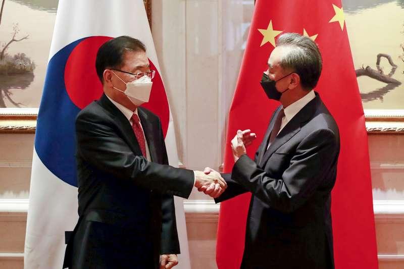 2021年4月3日,中國外長王毅與南韓外長鄭義溶會面(AP)