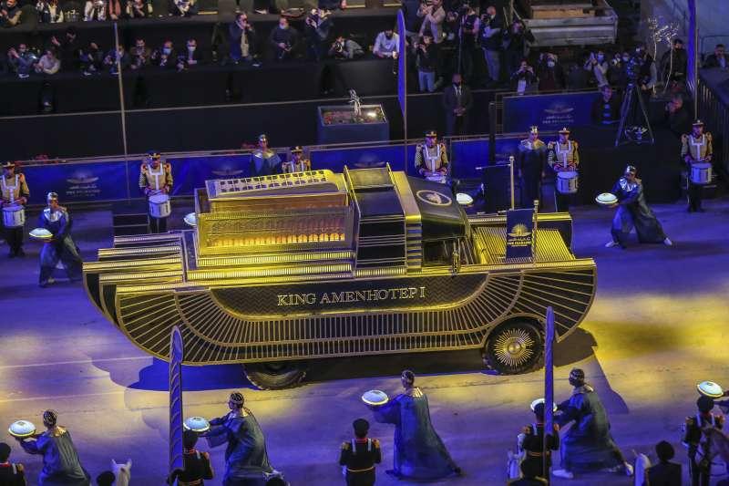 2021年4月3日,埃及把皇家木乃伊移至新博物館,舉行法老黃金遊行(AP)