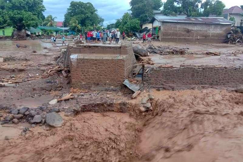 印尼東佛羅雷斯區(East Flores)4日遭土石流襲擊(美聯社)