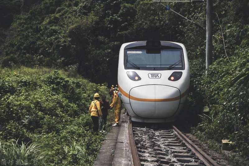 在「太魯閣號」列車事故後再次啟動台鐵革新,但卻連一小步都難邁開。(取自花蓮縣消防局)