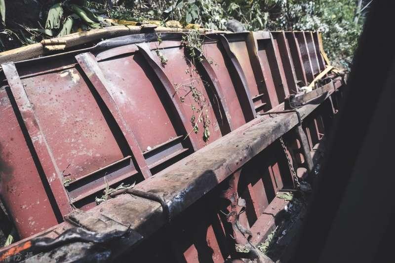 20210405-台鐵「太魯閣號」列車事故,花蓮縣消防局、各地特搜義消及國軍前往救助。圖為滑落的工程車。(取自花蓮縣消防局)