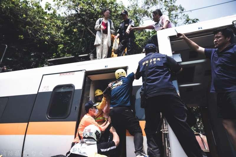 20210405-台鐵「太魯閣號」列車事故,花蓮縣消防局、各地特搜義消及國軍前往救助。(取自花蓮縣消防局)
