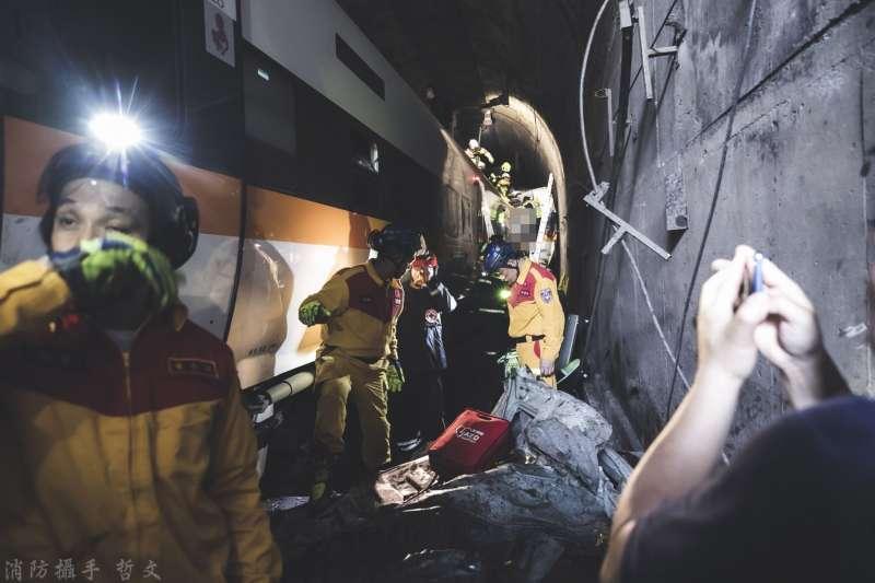 財團法人犯罪被害人保護協會趕到太魯閣出軌現場,協助受難家屬指認遺體。(取自花蓮縣消防局)