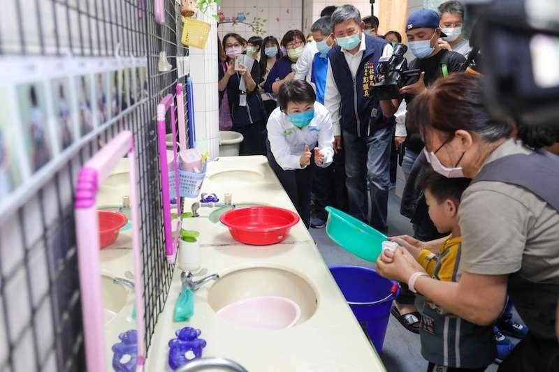台中市長盧秀燕6日前往大型社福機構「台中愛心家園」,關心園內孩童盥洗用水情形。(圖/台中市政府提供)
