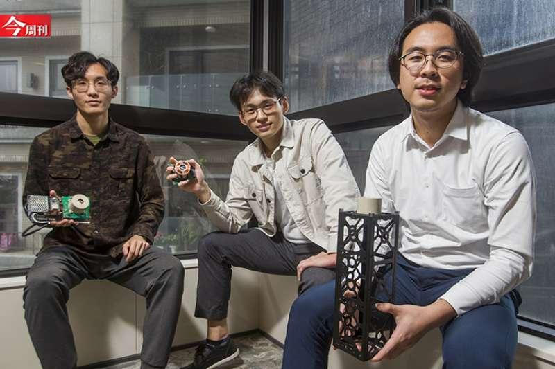 來自嘉義偏鄉的四個年輕人創張量科技,鎖定市場商機製作球型馬達,盼讓衛星達到更小更輕更省電的模式。(圖片來源/今周刊,吳東岳攝)