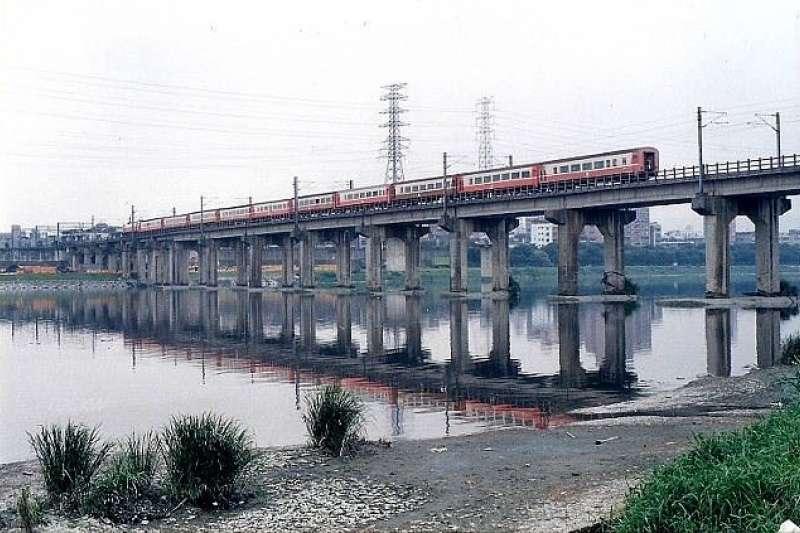 1948年5月28日新店溪橋發生火燒車意外。(示意圖/取自維基百科)