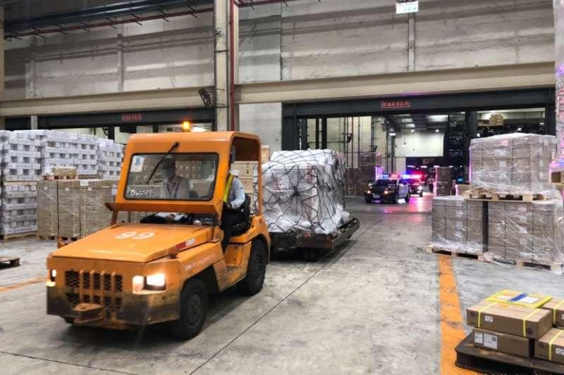 20210407-由COVAX獲配之AZ疫苗,首批19.92萬劑已於4月4日運抵台灣。(指揮中心提供)