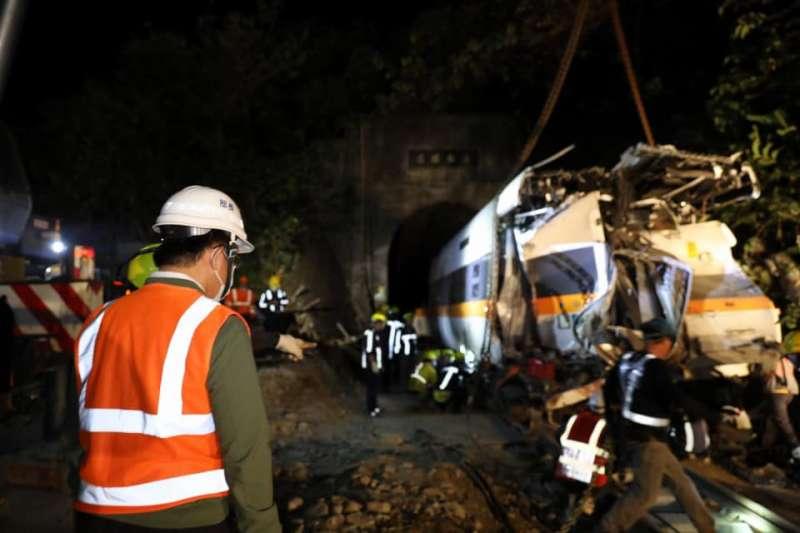 台鐵太魯閣號2日發生嚴重事故,毀損最嚴重的第8節車廂於7日凌晨拖出隧道。(取自林佳龍臉書)