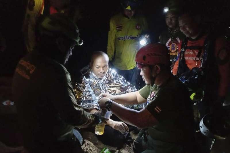 泰國和尚瑪納斯受困在洞穴內4天,7日幸運獲救(美聯社)