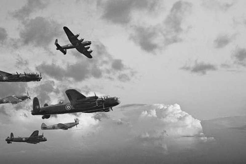 二戰末期,日本東京飽受美軍轟炸機的空襲,導致十萬人死亡,百萬民眾無家可歸。(圖/取自pixabay)