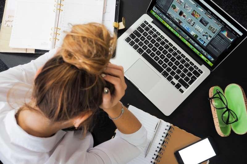 職場眉角多,人力銀行提醒在職場必須要懂得察言觀色。(圖片來源:PEXEL)