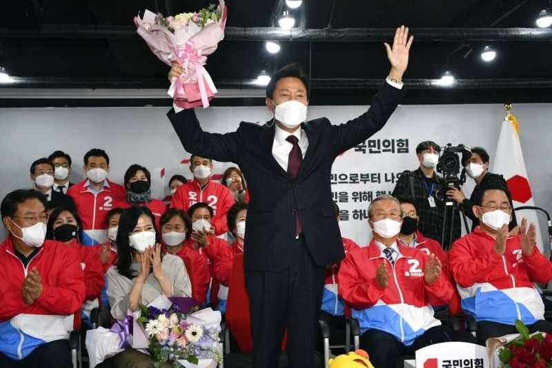 以57.5%的得票率擊敗共同民主黨強敵朴映宣的首爾市長當選人吳世勳。(美聯社)