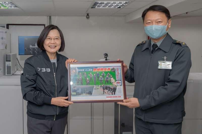《青年日報》社長孫立方上校(右),將調任陸軍司令部公共事務組長。(資料照,取自總統府Flickr)