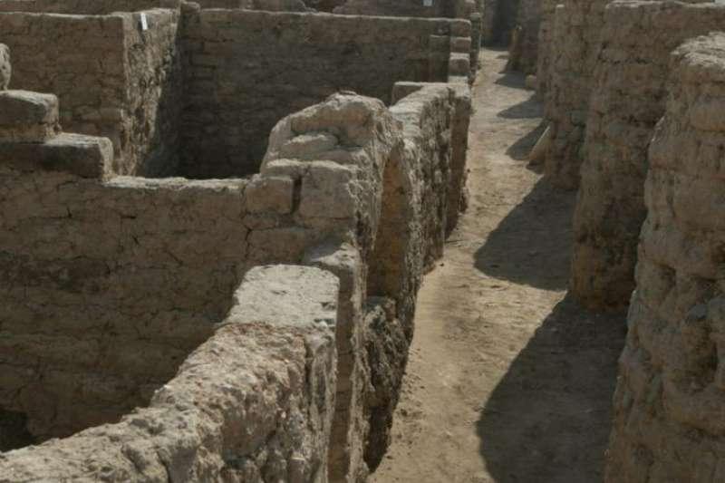 有3000年歷史的古城遺址——「失落的黃金城」於8日出土。(截自Ministry of Tourism and Antiquities Twitter)