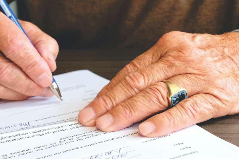 勞退金領到一半就過世,家屬或指定請領人可以接著領完。(示意圖/取自Pexels)
