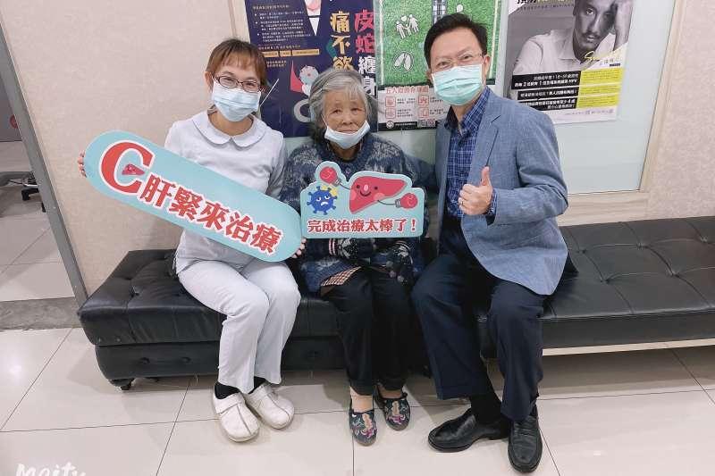 蕭敦仁醫師與八旬洗腎嬤歡喜合影,慶肝苦人生大轉彎。