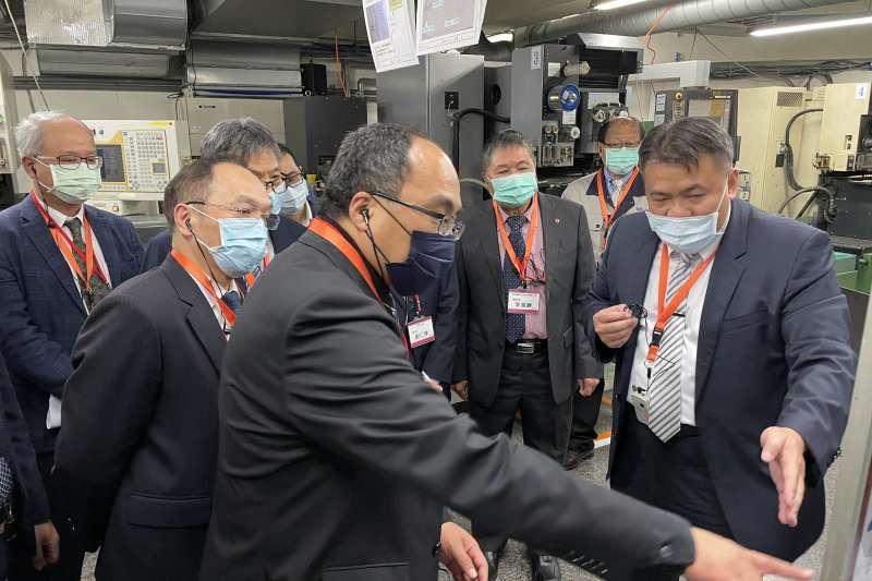 經濟部工業局局長、機械公會副理事長參訪鉅祥公司,進行TPS成果成果觀摩交流。(圖/機械公會提供)