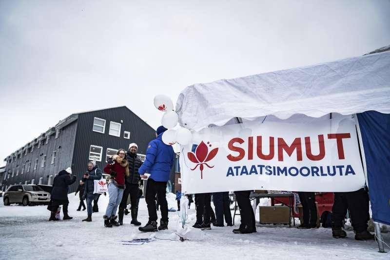 2021年4月6日,格陵蘭選舉結果牽動中國的稀土利益,圖為支持採礦的前進黨布條(AP)