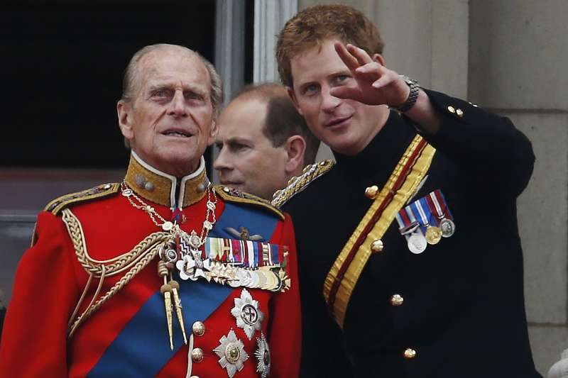 菲利普親王(左)99歲辭世,右為孫子哈利王子。(AP)