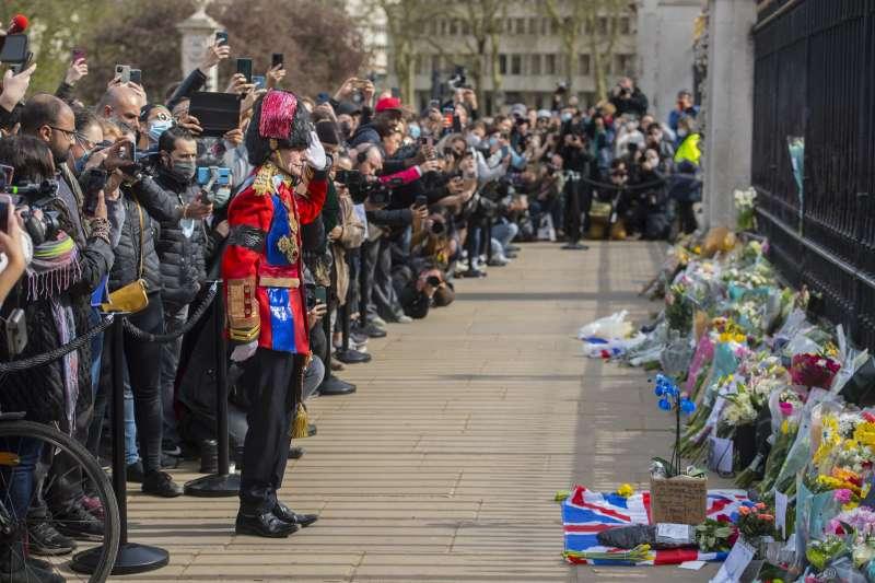 英國女王的丈夫菲利普親王辭世,民眾自發在街頭獻花悼祭。(AP)