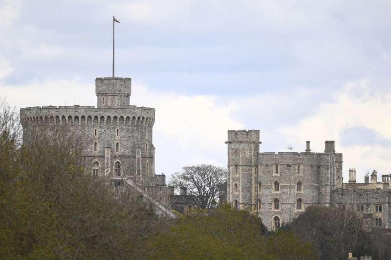 英國女王的丈夫菲利普親王辭世,除了象徵君主本人的王家旗之外,其餘國旗全數降半旗至葬禮結束。(AP)