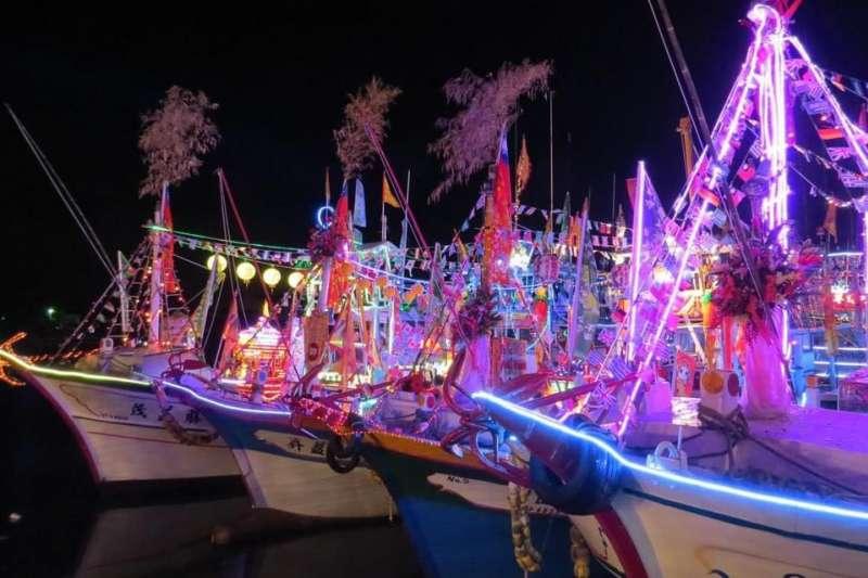 海上巡香當晚搭載媽祖神轎及五光十色LED燈的船隊,將駐駕流行音樂中心戶外舞台。(圖/高雄市文化局提供)