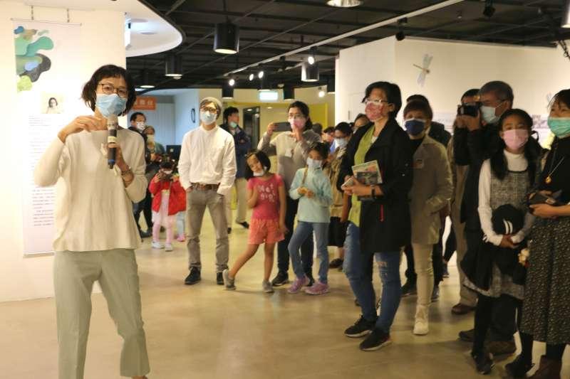 《醜泥怪》繪本畫家邱千容帶領現場貴賓及民眾進行導覽。(圖/新北市文化局提供)