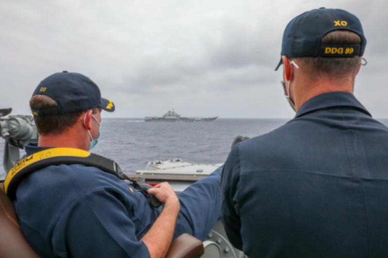 美軍馬斯廷號驅逐艦(DDG-89)艦長與副艦長,4月4日於菲律賓海翹腳監視中國海軍遼寧號航艦。(取自美國海軍官網)