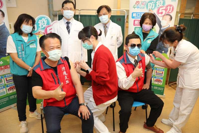 嘉義縣長翁章梁帶頭率縣府團隊於12日至嘉義長庚醫院接種疫苗。(圖/嘉義縣衛生局提供)