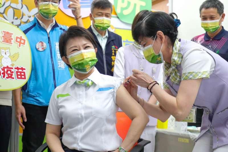 台中市長盧秀燕率先以身作則施打AZ疫苗。(台中市政府提供)