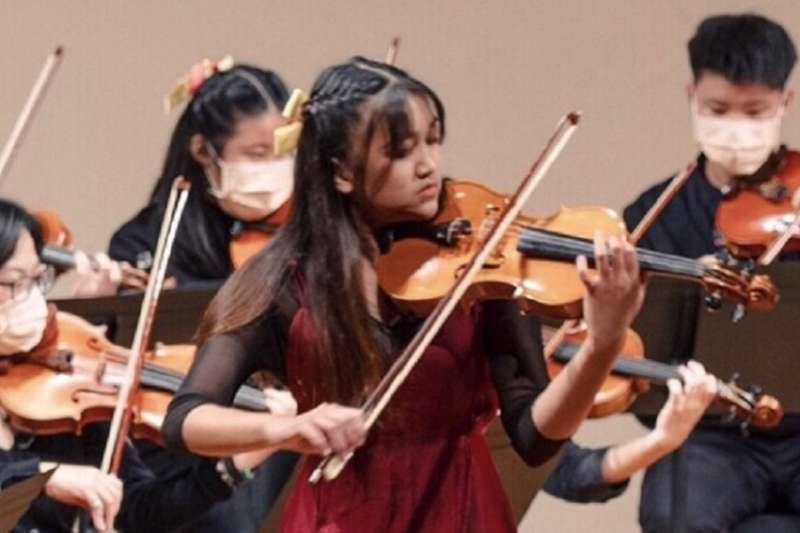 排灣族的高中女生黃欹考取國內六所音樂學院,也獲得國立新加坡大學楊秀桃音樂學院全額獎學金。(作者提供)