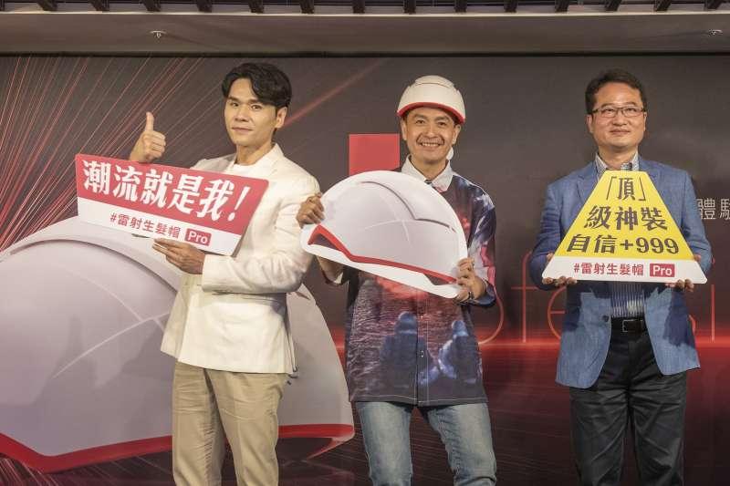 業者王程吉總經理(右)、藝人小鐘(中)、時尚教主Kevin(左)共同出席雷射生髮帽Pro上市記者會(圖/威麥克健康生技)