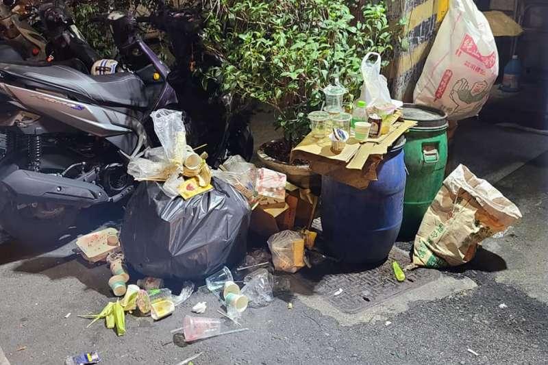 西螺民眾抱怨,媽祖遶境過後人潮留下滿地垃圾。(取自爆料公社)