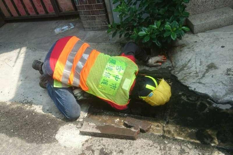台中市中西區清潔隊協助民眾在水溝內找尋貴重物品。(圖/台中市政府)