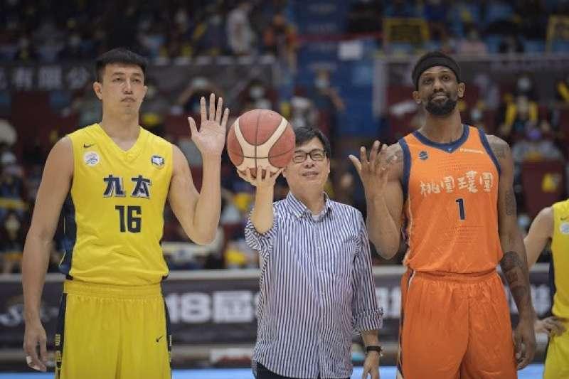 高雄市長陳其邁(中)於10日特別前往高雄鳳山體育館擔任SBL開球嘉賓。(圖/高雄市運發局提供)