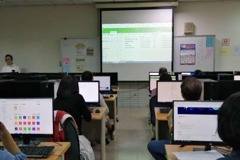 台中市勞工大學課程-中小企業的雲端低成本資訊應用實務。(圖/台中市政府提供)