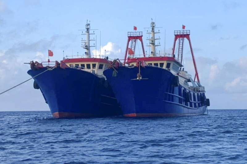 被認為是「海上民兵」的中國漁船盤據牛軛礁海域不願離開,引發中菲關係緊張。(美聯社)