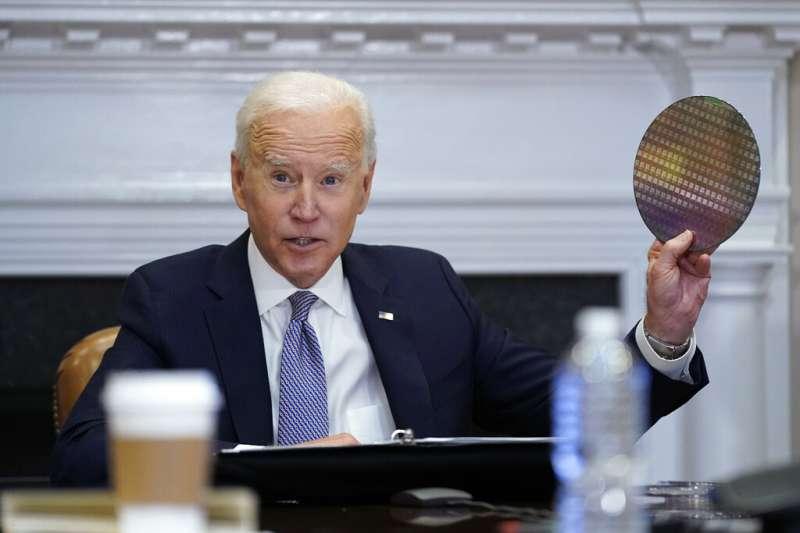 美國總統拜登12日在白宮羅斯福廳與美國重要企業領袖舉行視訊峰會,他將手中的晶片稱為美國基礎設施的一部分。(美聯社)