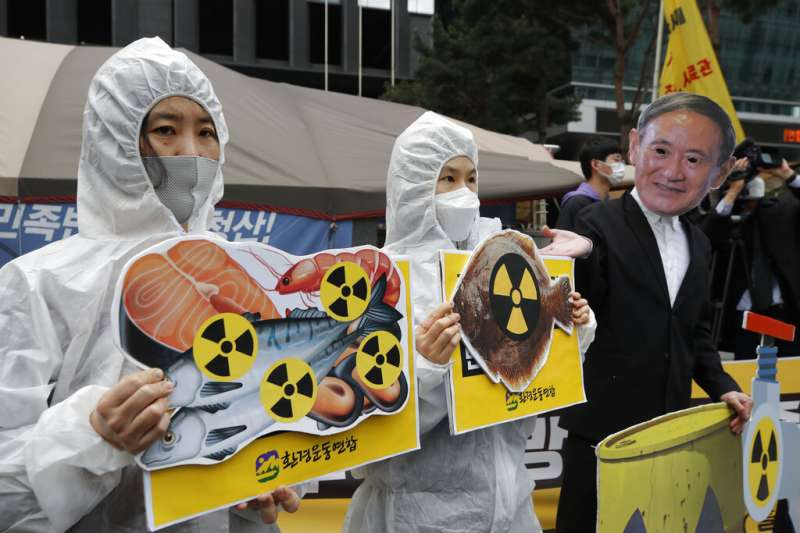 南韓民眾在日本駐首爾大使館外抗議,反對日本政府將核污水排放入海的決定。(美聯社)