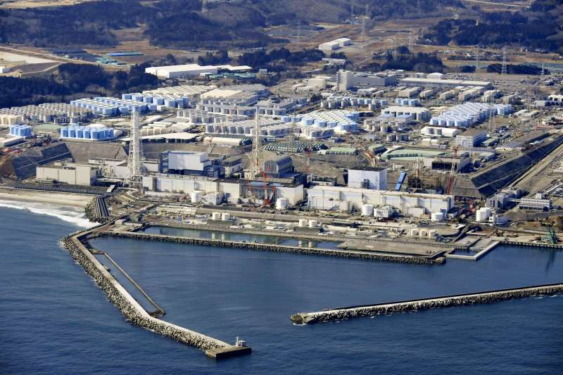 ˋ4月13日,日本決定要把福島第一核電廠廢水排入太平洋。作者指出,台灣政黨中,民進黨與民眾黨對此反應相當有趣。(資料照,AP)